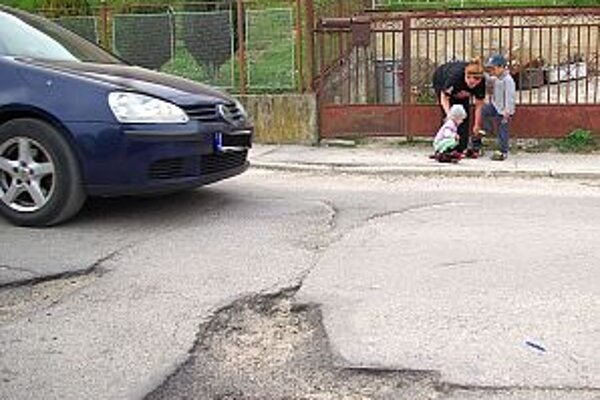 Autá sa vyhýbajú jamám, po ceste neustále kľučkujú. Chodníky sú úzke a v zlom stave. Situácia tu nie je bezpečná hlavne pre chodcov.