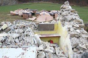 Po náraze ostala nepoškodená len tabuľa smenami padlých.