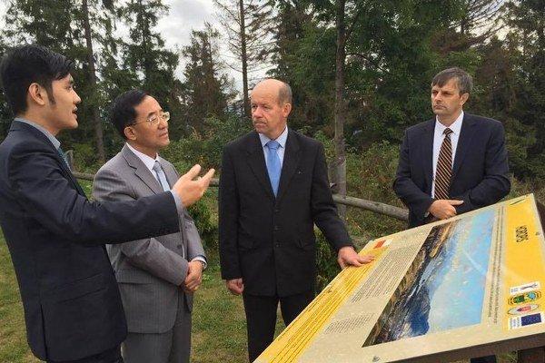 Tabuľa s horopisom. Čínskemu veľvyslancovi sa páčil výhľad od sochy Krista.
