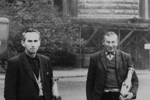 V archíve obce má starosta dobové ahistorické fotografie belovežských obchodníkov akošikárov.