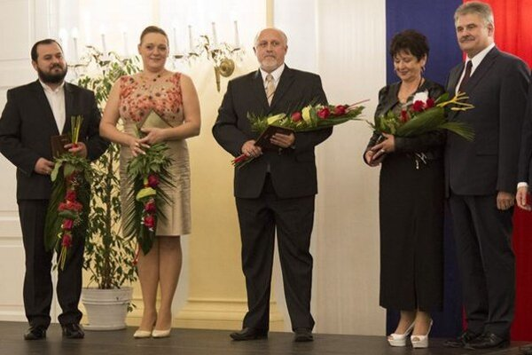 Ocenenie prebral primátor Roman Matejov (v strede).