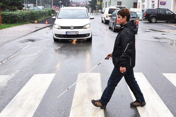 Biela palica umožňuje nevidiacej Anne Kováčovej bezpečný pohyb.