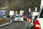 Dopravu na upchatých cestách pod Strečnom skomplikuje plánovaná oprava mostov.