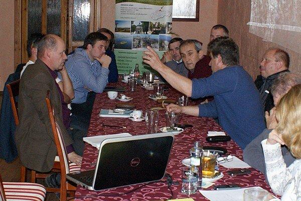 Stretnutie pracovnej skupiny. Zástupcovia námestovských obcí pre tvorbu rozvojovej stratégie Miestnej akčnej skupiny Biela Orava pre oblasť Kvalita života avzhľad obcí.