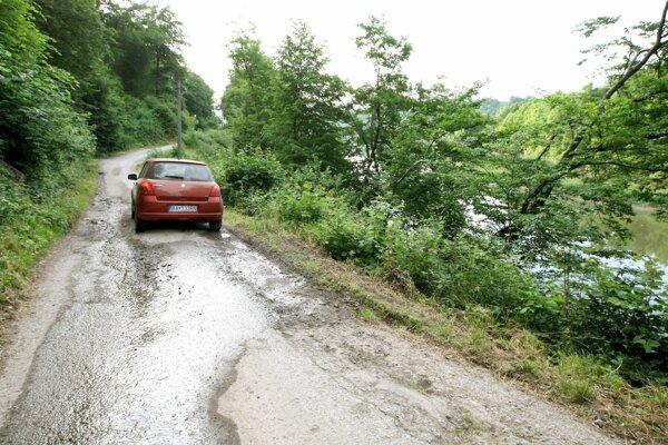 Opravia aj rizikový úsek úzkej cesty snestabilným okrajom, za ktorým je strmý zráz nad vodnou plochou.