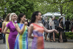 S agentúrami z Mojmíroviec nemajú modelky veľkú šancu, že sa budú takto verejne exponovať v metropole. Snímka je z módnej prehliadky Fashion Marš v uliciach Bratislavy.