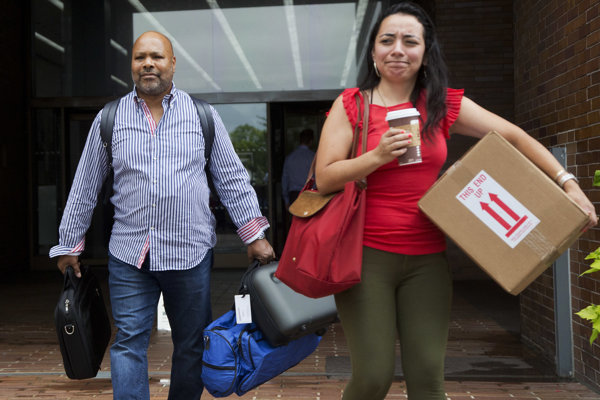 Prepustení novinári opúšťajú redakciu Daily News.