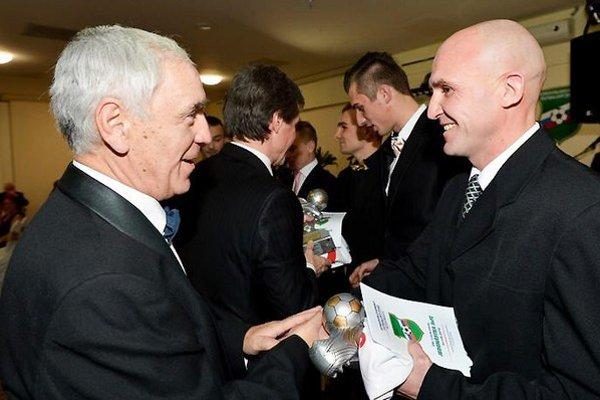 Juraj Siman si preberá cenu od predsedu SsFZ.