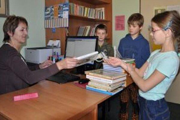 Piatačka Barbora Brňáková si z knižnice odnáša ďalšiu knihu.