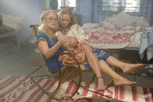 Meryl Streep v prvom filme Mamma Mia! Jej dcéru hrá Amanda Seyfried, ktorá na rozdiel od mnohých svojich hereckých kolegov spievať vie.