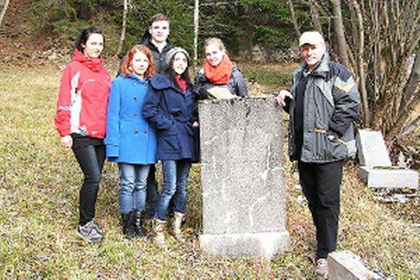 Na židovskom cintoríne gymnazisti pracovali aj hľadali príbuzných rodiny Eberstarkovcov.