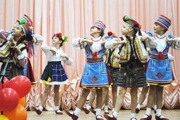 Jeden z ukrajinských detských tanečných súborov.