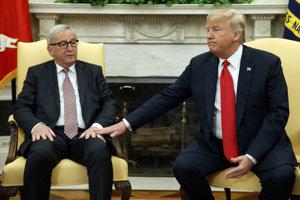 Americký prezident Donald Trump (vpravo) a šéf Európskej komisie Jean Claude Juncker.