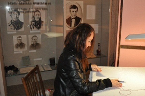 Portrét Pavla Országha Hviezdoslava za zástenou voličom nevadí.