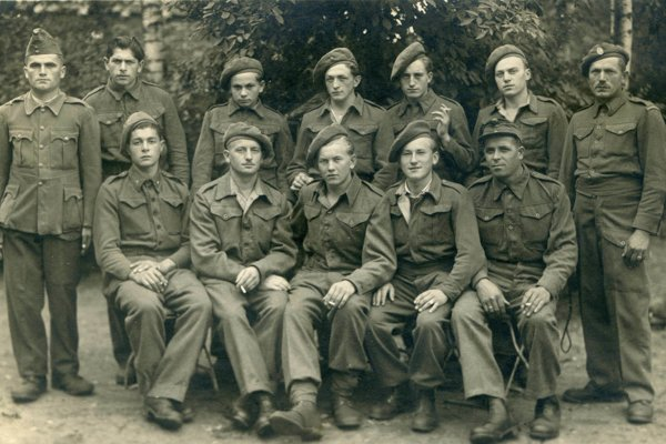 Príslušníci levente z Kráľovej nad Váhom, ktorí sa dostali do britského zajatia - bolo im tam relatívne dobre, dokonca im Briti dali aj svoje uniformy a tie typické baretky. Dokonca starší chlapík úplne napravo má pod výložkou nápis Hungary.