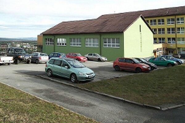 Ak mesto vyhovie požiadavke školy, počas vyučovania parkovisko nebude prístupné pre verejnosť.