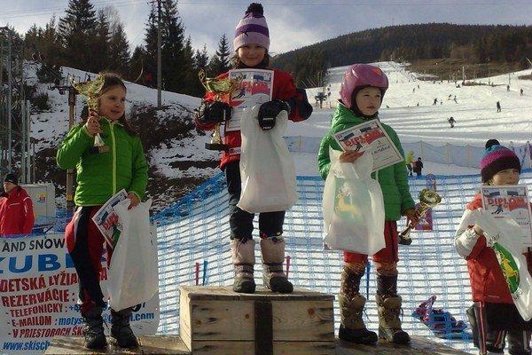Veronika Šrobová (vľavo) sa teší z trofeje za druhé miesto.