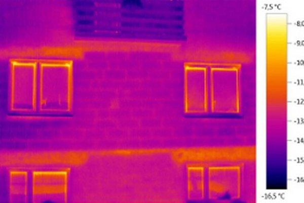 Na tejto snímke nezatepleného domu žltá a červená farba ukazujú miesta, kadiaľ z domu uniká teplo.