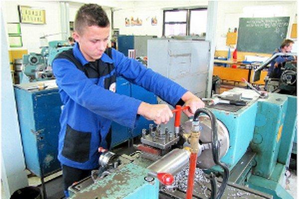 Vybavenie školských dielní neumožňuje primeranú prípravu na prax.