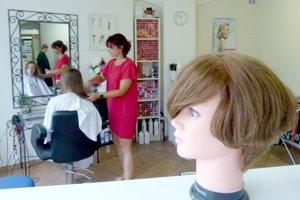 Kaderníctvo, kde môžete darovať vlasy pre projekt, sa nachádza v mlynskom dvore v Leviciach.