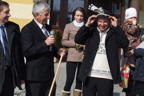 Martina Bajčičáka privítali valaškou a goralským klobúkom.
