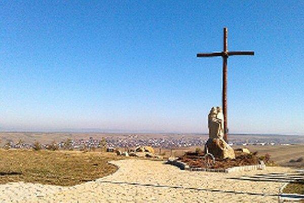 Nový kríž na novom cintoríne.