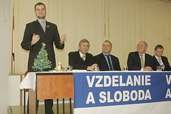 Štrajk skončil, požiadavky plnia. Zástupca študentov Lukáš Raník (vľavo) tvrdí, že všetko ide podľa memoranda. Kontrolujú ho študenti, minister i poverený rektor.