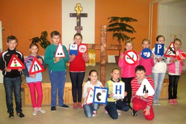 Sihelnianski piataci previedli spolužiakov originálnou Krížovou cestou.