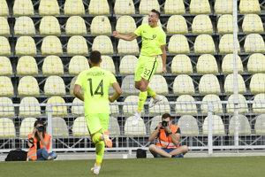 Žilinčan Róbert Boženík (vo výskoku) sa raduje zo svojho gólu.