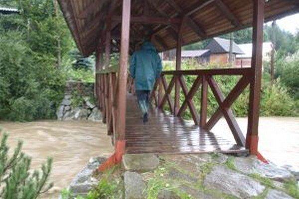 Lavica cez Polhoranku v Oravskej Polhore je jedným z miest, kde obec meria povodňovú situáciu. Čím je voda bližšie k nej, tým je to horšie.
