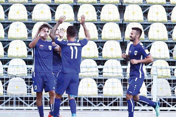 Prvý gól Nitry vnovej sezóne strelil po Kuníkovom centri Andrej Fábry (vľavo). Vlete má strelecký apetít.