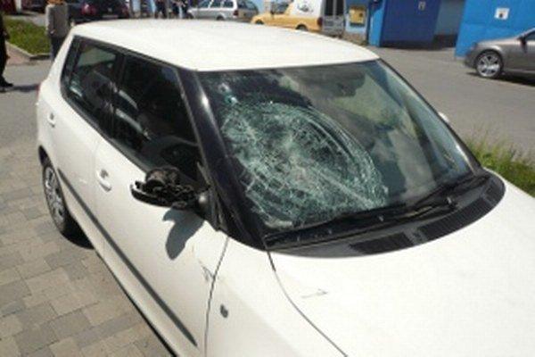 Poškodená Fabia na parkovisku za Marínou.