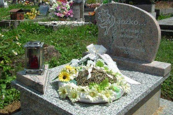 Kamenný pomník pripomína smutný príbeh.