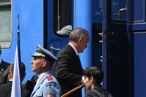 Andrej Kiska nastupuje do vlaku.