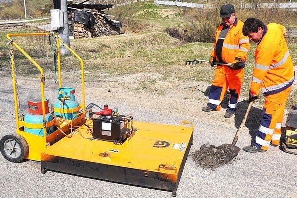 Stroj na výtlky urýchli opravu ciest.