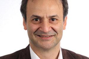Politológ Alexander Kazamias tvrdí, že grécky dlhy musia byť čiastočne odpísané.