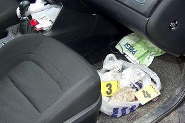 Časť marihuany našli v osobnom aute.