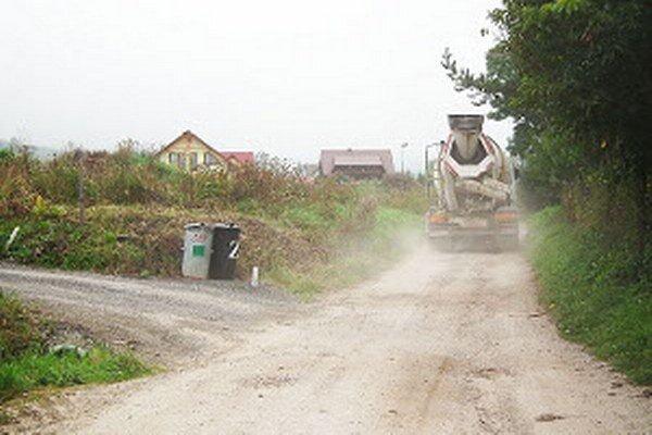 Pri oprave cesty obec využije odpad z frézovania štátnych asfaltiek. Prach a výmole by mali byť do konca jesene minulosťou.