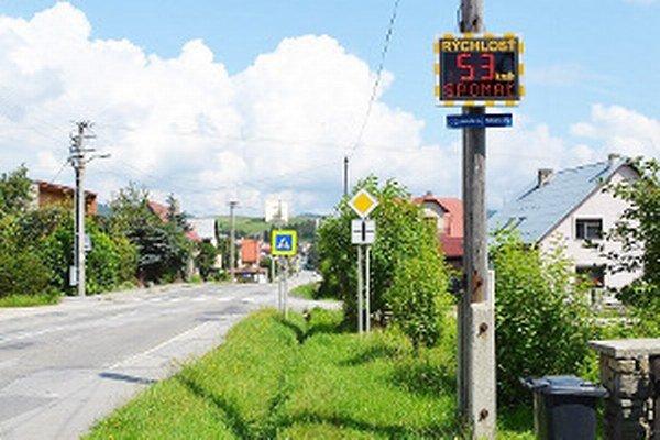 Merač rýchlosti nechala obec osadiť na začiatku dediny smerom z Príslopu.