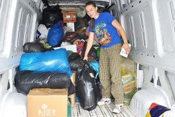 Pokojná bojovníčka Veronika Moravcová nakladá dary Oravcov.