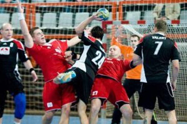 Najlepším strelcom zápasu bol Cigáň z Topoľčian (v čiernom č. 24.)