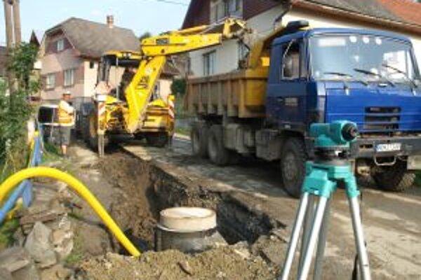 Robotníci začali kopať na hornom konci dediny.