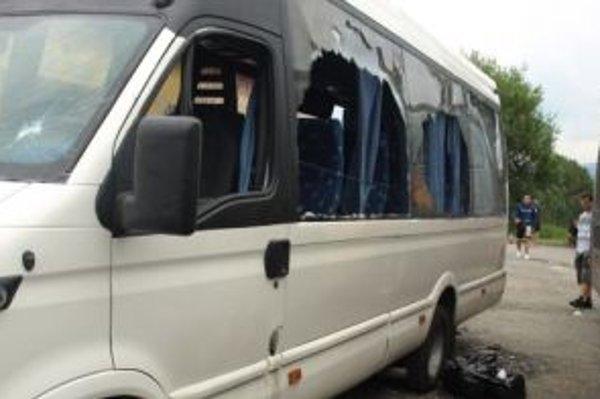 Poliaci vybili takmer všetky okná na autobuse fanúšikov z Čiernej hory.