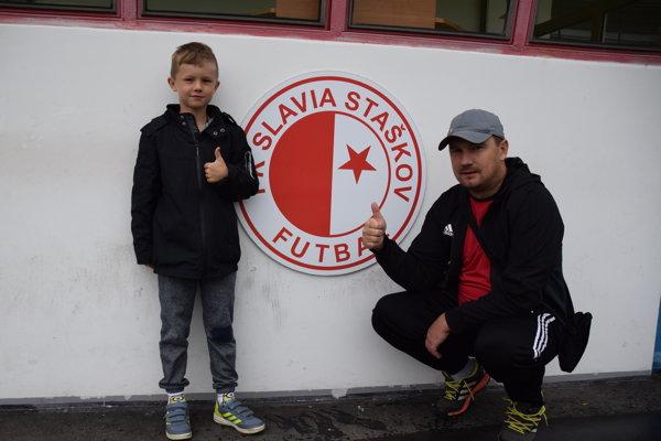Michal Gottwald so svojím synom, ktorý začína sfutbalom vStaškove.