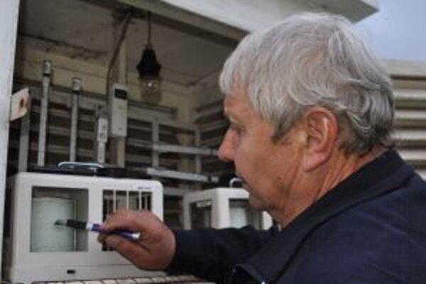 Ladislav Murín kontroluje teplotu na meteorologickej stanici v Oravskej Lesnej.