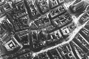 Letáky pomaly klesajú nad ulicami v centre Viedne. Na leteckom zábere uprostred vidieť Dóm svätého Štefana.