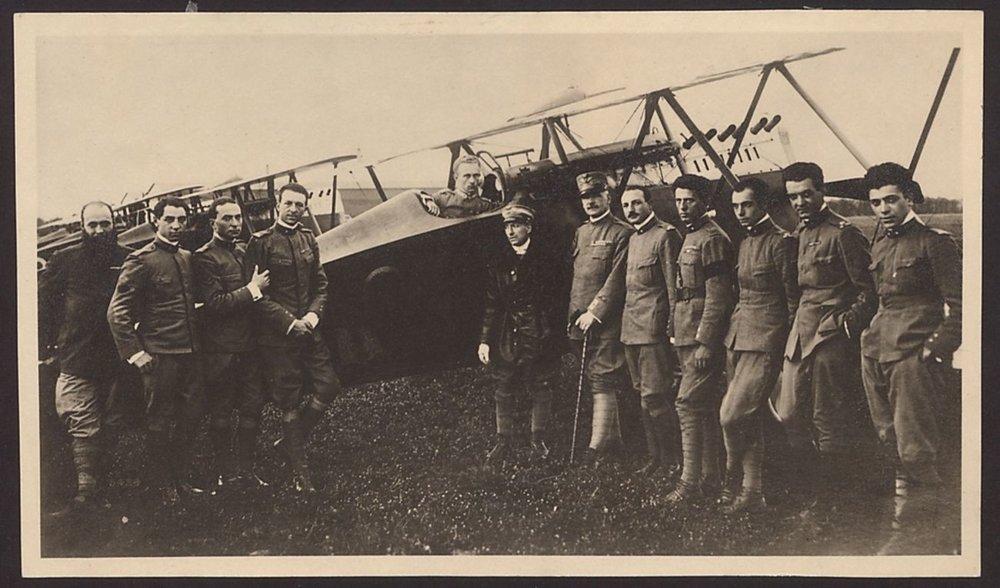 """Letci z """"najvznešenejšej"""" letky sa odfotografovali pred dvojplošníkom Ansaldo SVA, uprostred vidieť D´Annunzia."""