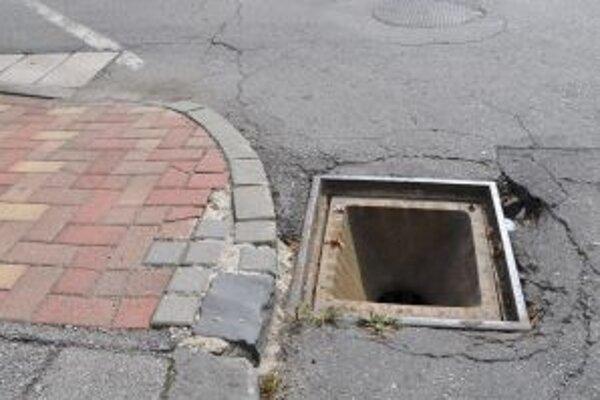 Diera pod ukradnutým kanalizačným poklopom môže spôsobiť nešťastie.