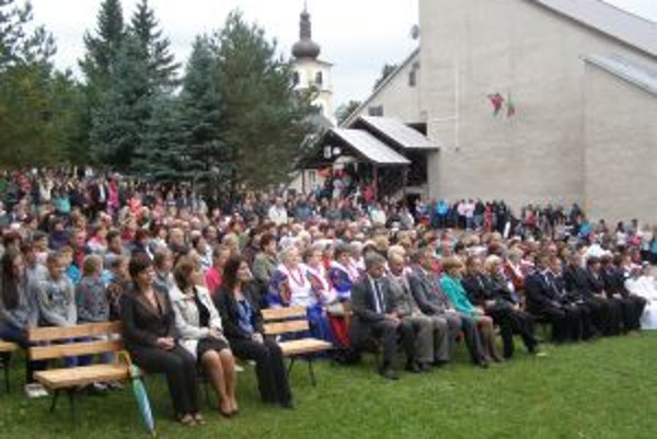 Oravskoveselčania odskúšali nové lavice počas šiesteho Mariánskeho dňa.