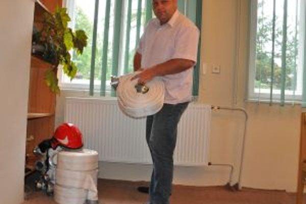 Dobrovoľným hasičom v Malatinej pribudli hadice, prilby a oblečenie.